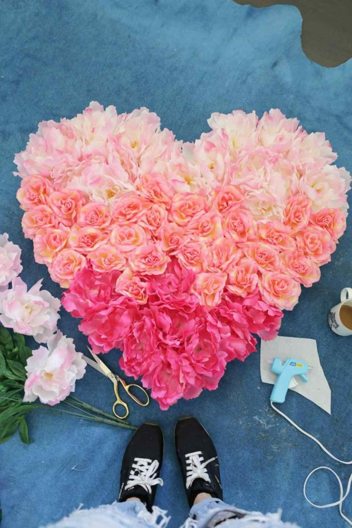 decoracion casera original para el dia de san valentín, corona de flores hecha de flores artificiales con efecto ombre