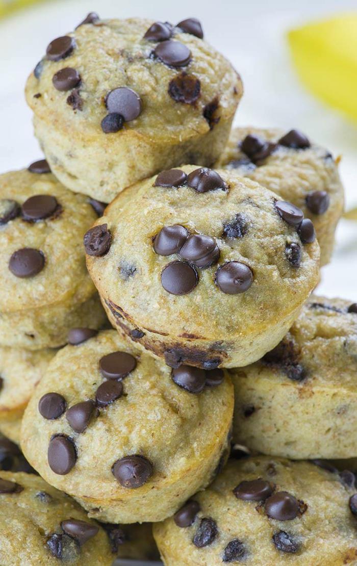 magdalenas esponjosas de harina integral con chispas de chocolate, ideas de recetas para merendar ricas, dieta equilibrada