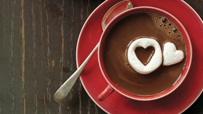 ideas san valentin simpáticas, chocolate caliente con marshmallow en forma de corazón, fotos de comida romantica