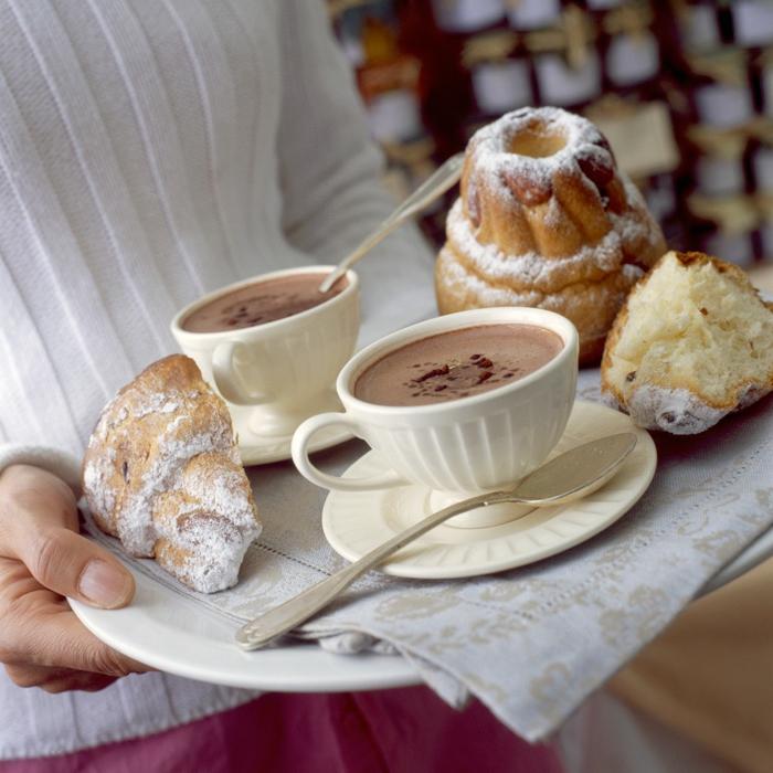 chocolate caliente con croissants y pasteles, fotos de comidas ricas y fáciles de preparar, ideas para san valentin