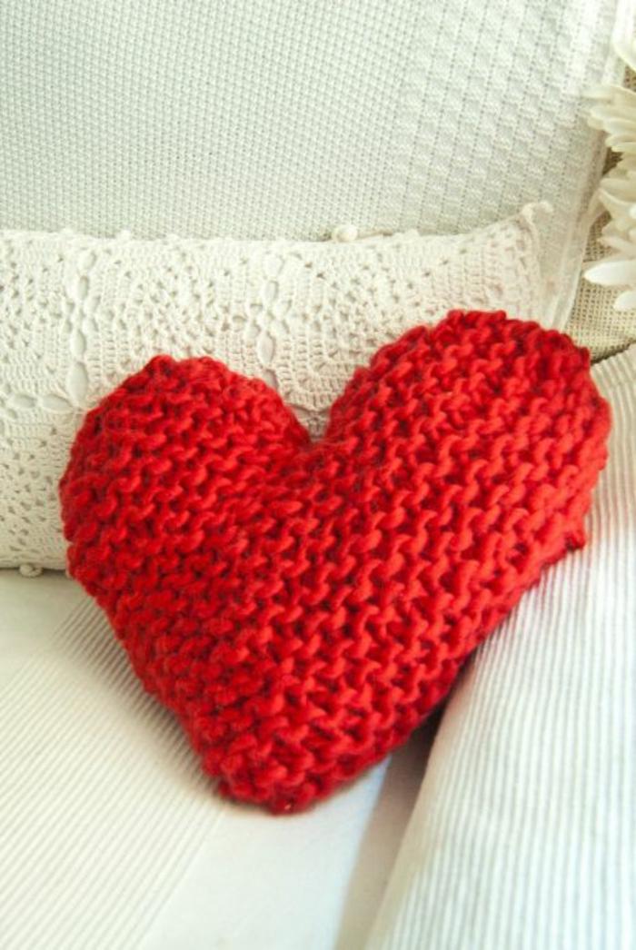 originales ideas de habitaciones decoradas romanticas y pequeños detalles para decorar la casa, cojin decorativo en forma de corazon