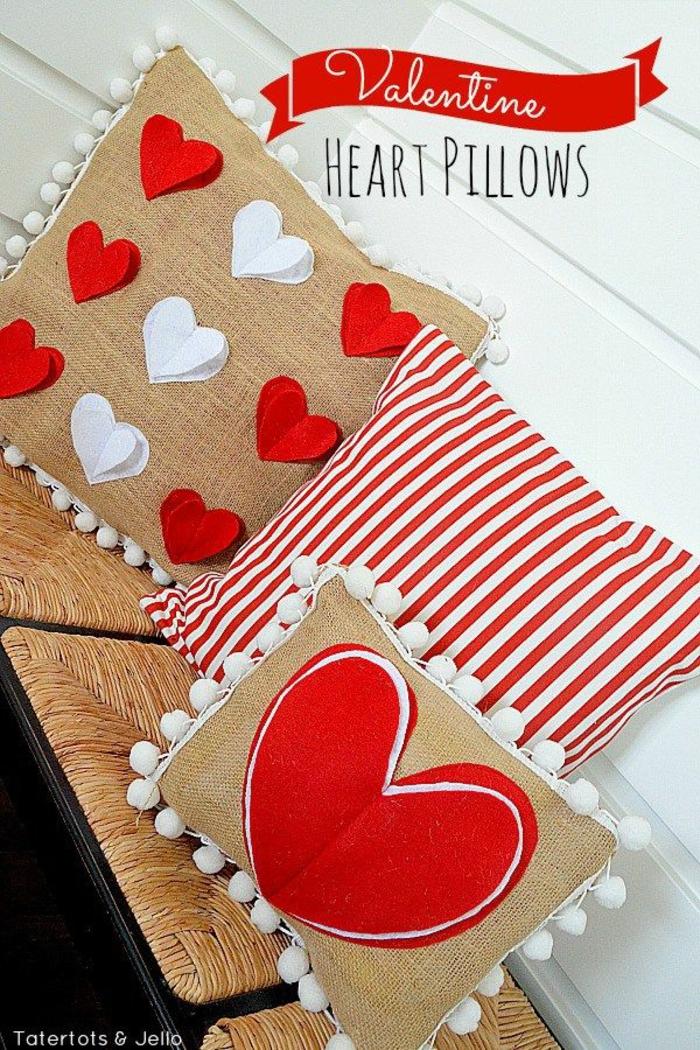 cojines y almohadas decorativas con corazones para decorar el salón, habitaciones decoradas romanticas en fotos
