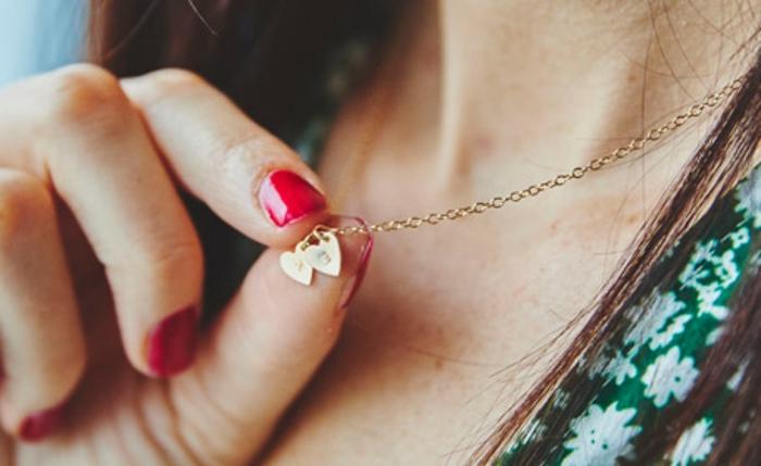 preciosa joya para regalar a tu novia, ideas de joyas con iniciales, originales ideas de regalos san valentin para mujeres