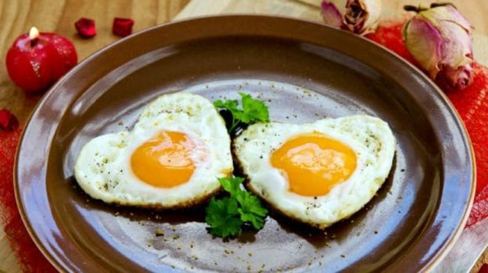 fotos de recetas faciles para sorprender, huevos estrellados en forma de corazón con verduras, comidads fáciles y rapidas