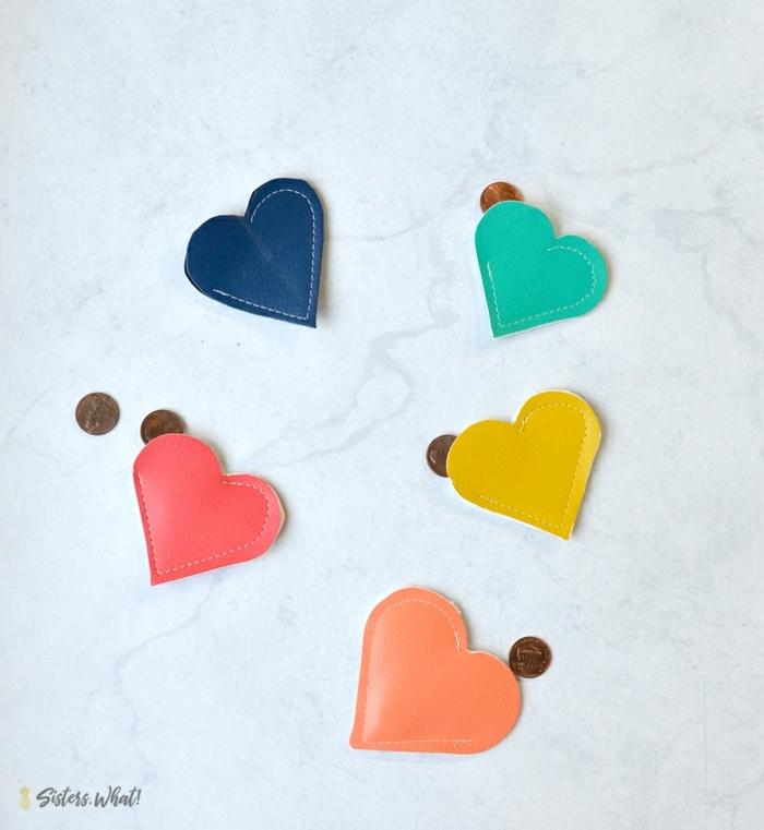 monederos de cuero en forma de corazón en colores vibrantes, originales ideas de manualidades para regalar hermosas