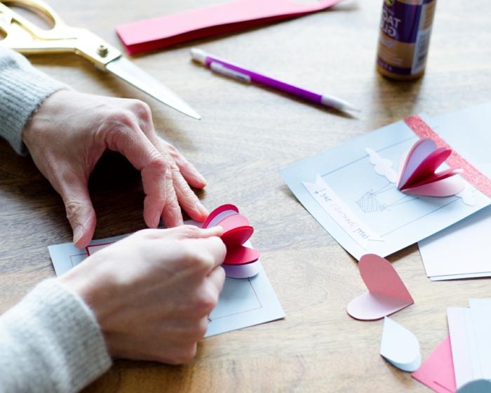 fotos de manualidades para hacer en casa, paracaídas de corazones 3D, tutoriales fáciles y originales para una tarjeta de San Valentín