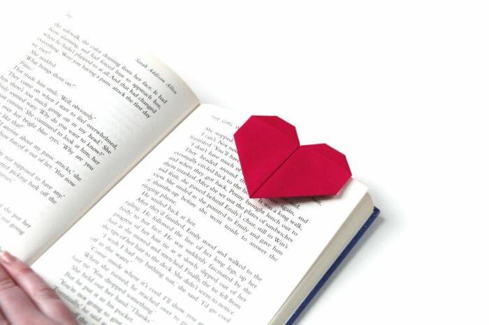 detalles simbolicos para regalar en san valentin, fotos de marcarpaginas caseros en forma de corazon, detalles romanticos