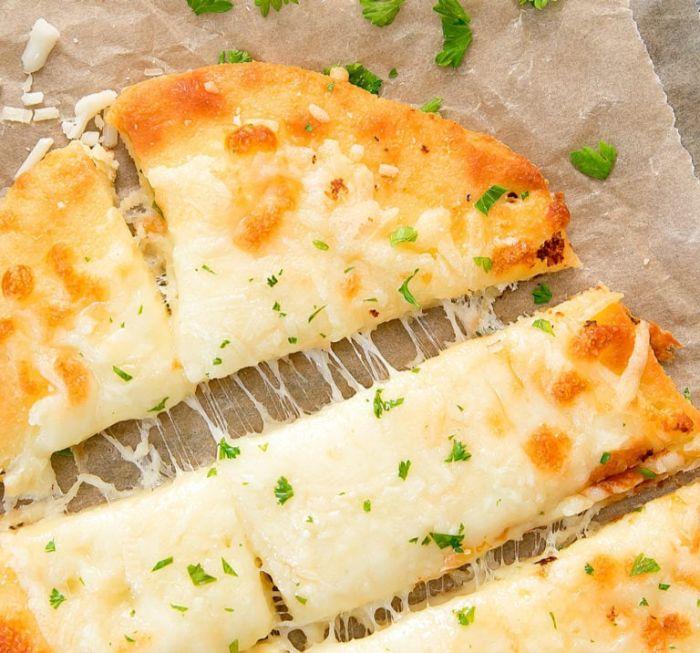 pizza casera con quesos hundidos, recetas de pizzas cetogenicas originales, desayunos y meriendas fáciles y rápidas