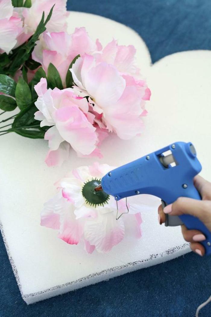 fantásticas ideas sobre como hacer una decoracion san valentin paso a paso, corazón de poliestireno adornado de flores artiificiales