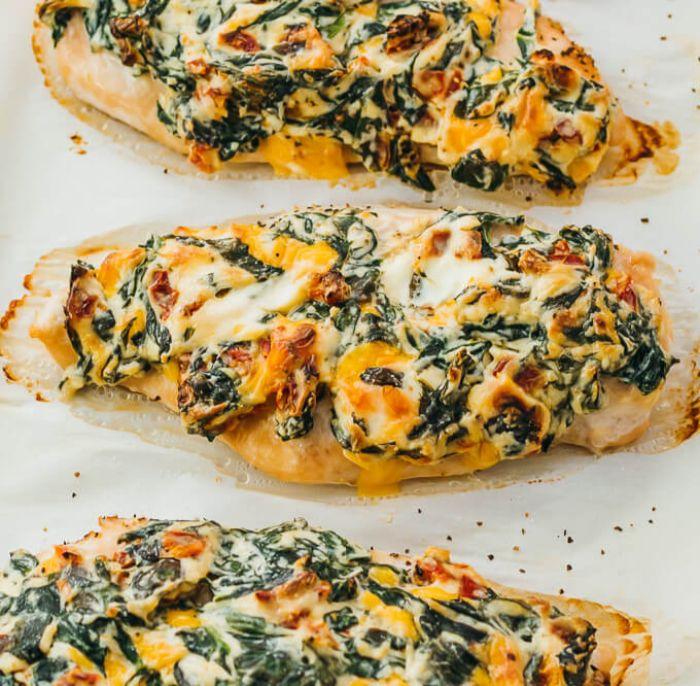 pechuga de pollo con salsa cremosa, queso cheddar y espinacas, recetas fáciles caseras para preparar, fotos de comidas