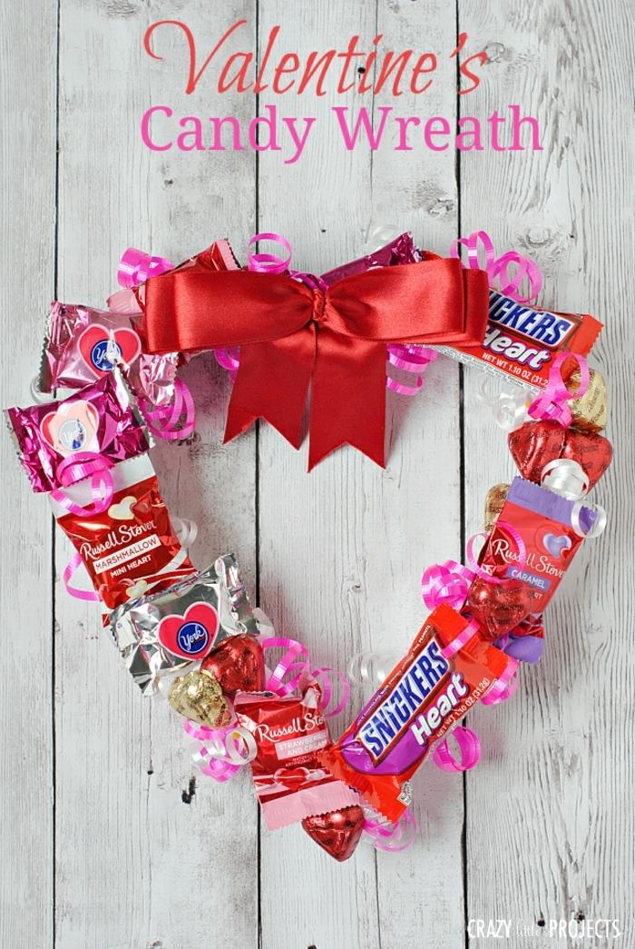 ideas originales sobre regalos originales para novios caseros, corona de golosinas y chocolates, regalos originales para novios caseros