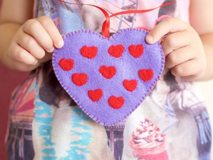corazón de fieltro decorativo, ideas sobre como decorar una carta de San Valentín y otras ideas de detalles Dia de los enamorados
