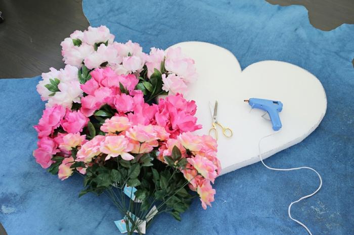 corazón de poliestireno, pistola de pegamento caliente, tijeras y flores artificiales, materiales para hacer decoracion san valentin