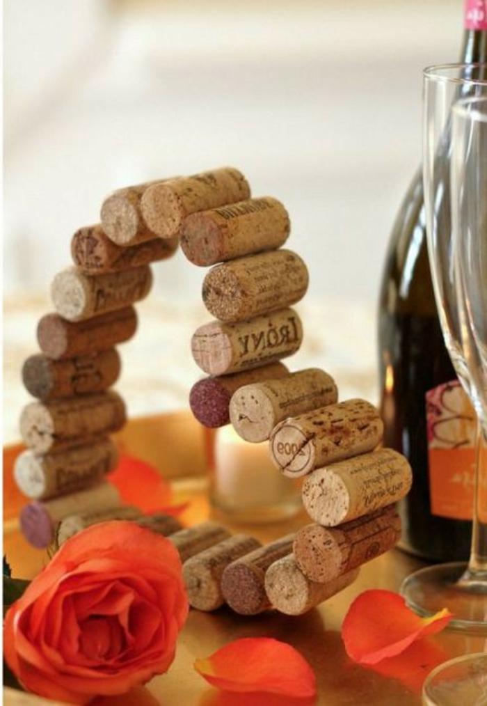 decoración DIY con tapas de corcho, originales ideas de detalles decorativos DIY para regalar en el Día de San Valentín