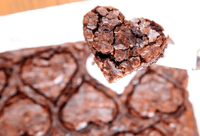 brauni de chocolate en forma de corazón, las mejores ideas de pasteles y chocolates para el dia de san valentin