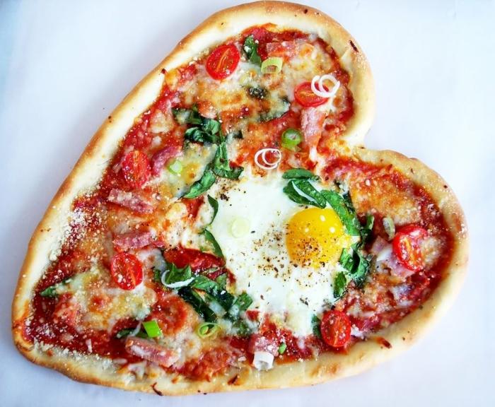 pizza casera en forma de corazón, recetas faciles para sorprender, pizza con tomates, rúcola, huevo estrellado y queso