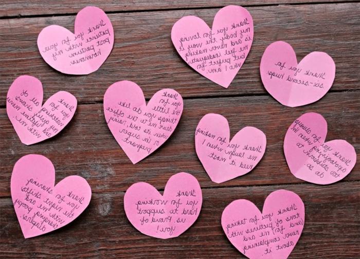 notas de amor románticas en trozos de papel en forma de corazon, ideas de regalos originales para novios caseros