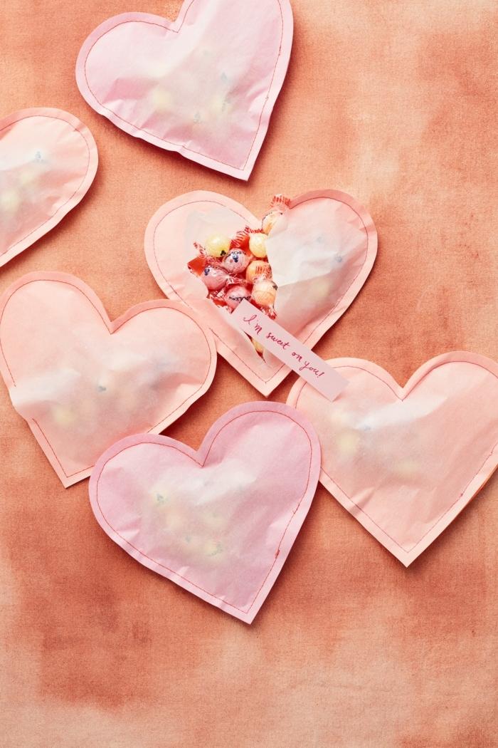 manualidades san valentin originales, ideas de pequeñas sorpresas para tu pareja en el dia de san valentin, corazones de papel llenos ed caramelos