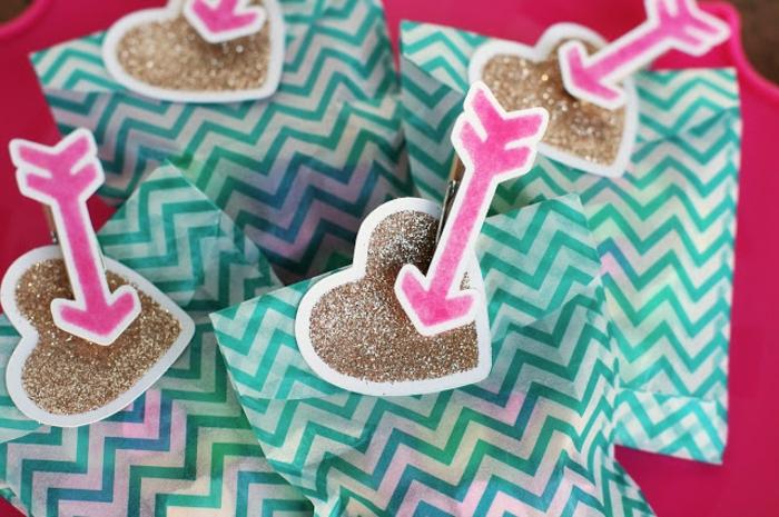 mini tajetitas de amor en color dorado con flechas en color rosado, como decorar una carta, regalitos para el dia de los enamorados