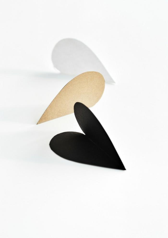 corazones de cartulina en diferentes colores, manualidades para regalar en el 14 de febrero, ideas sobre como decorar una carta