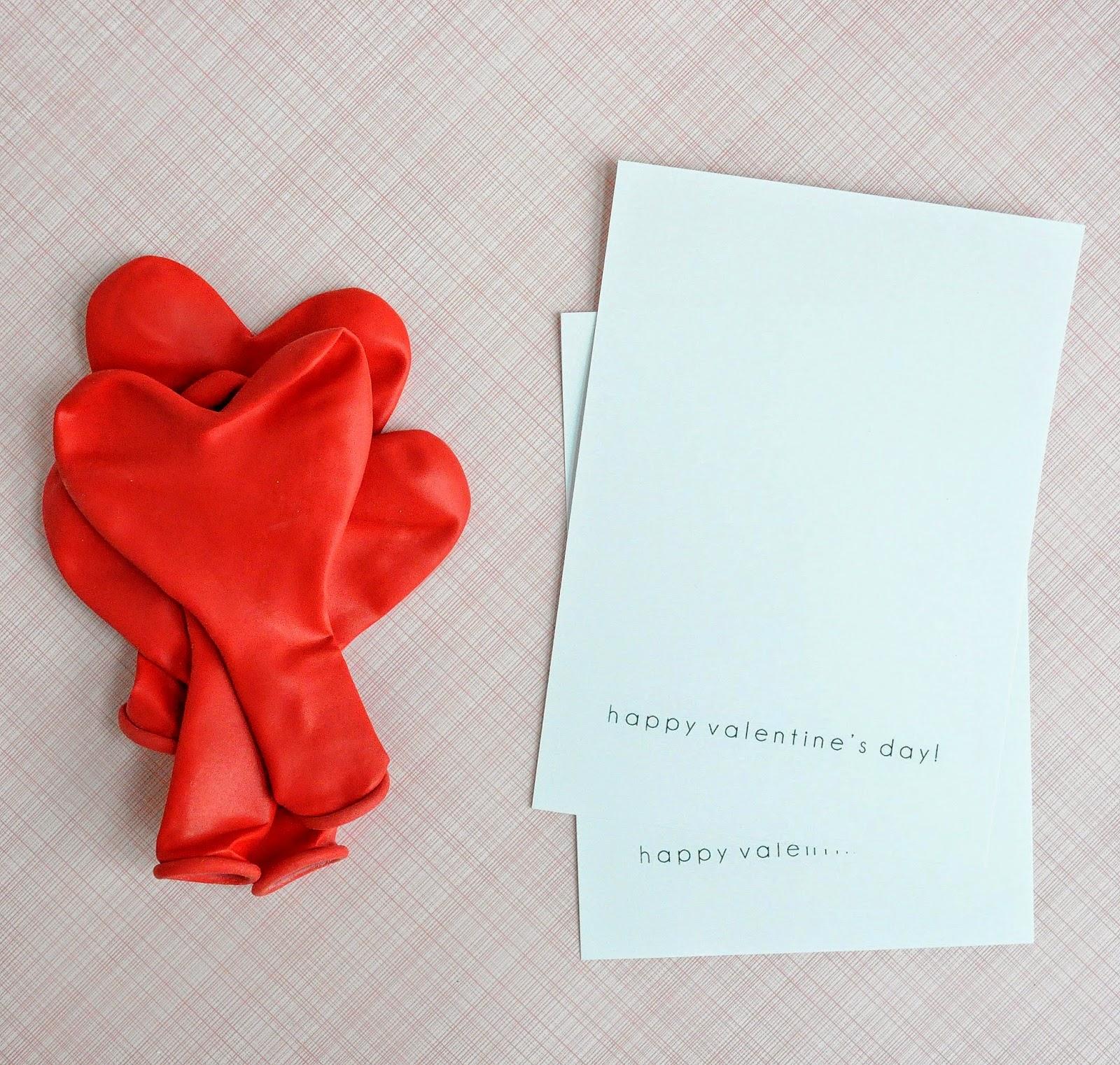 materiales necesarios para hacer tarjetitas de amor, globos en forma de corazón y tarjetas blandas, ideas para san valentín