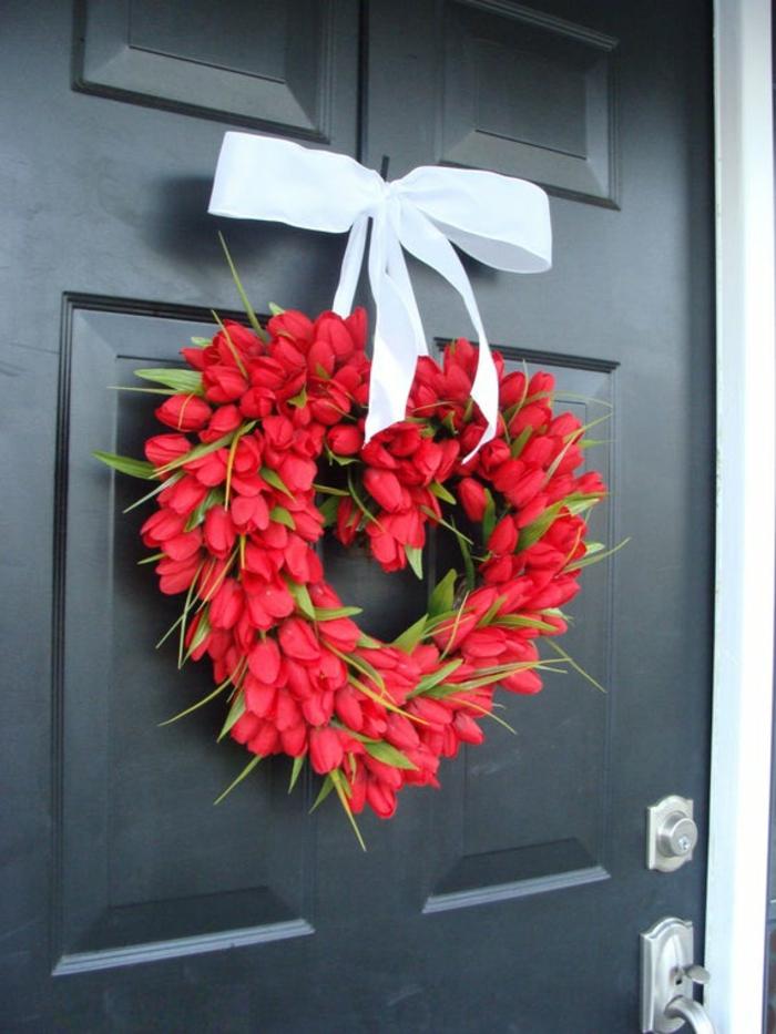 decoracion casera para el dia de san valentin, corona de tulipanes rojos en forma de corazon, ideas de regalos san valentin
