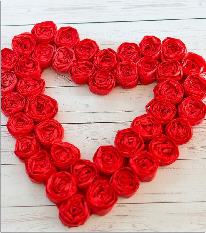 guirnalda en forma de corazón en color rojo, manualidades san valentin bonitas y fáciles de hacer en casa, fotos de tutoriales