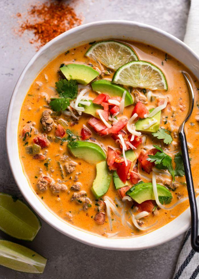 sopa de tomates con tacos, trozos de aguacate, lima y pimientos rojos, saludables propuestas para una cena ligera