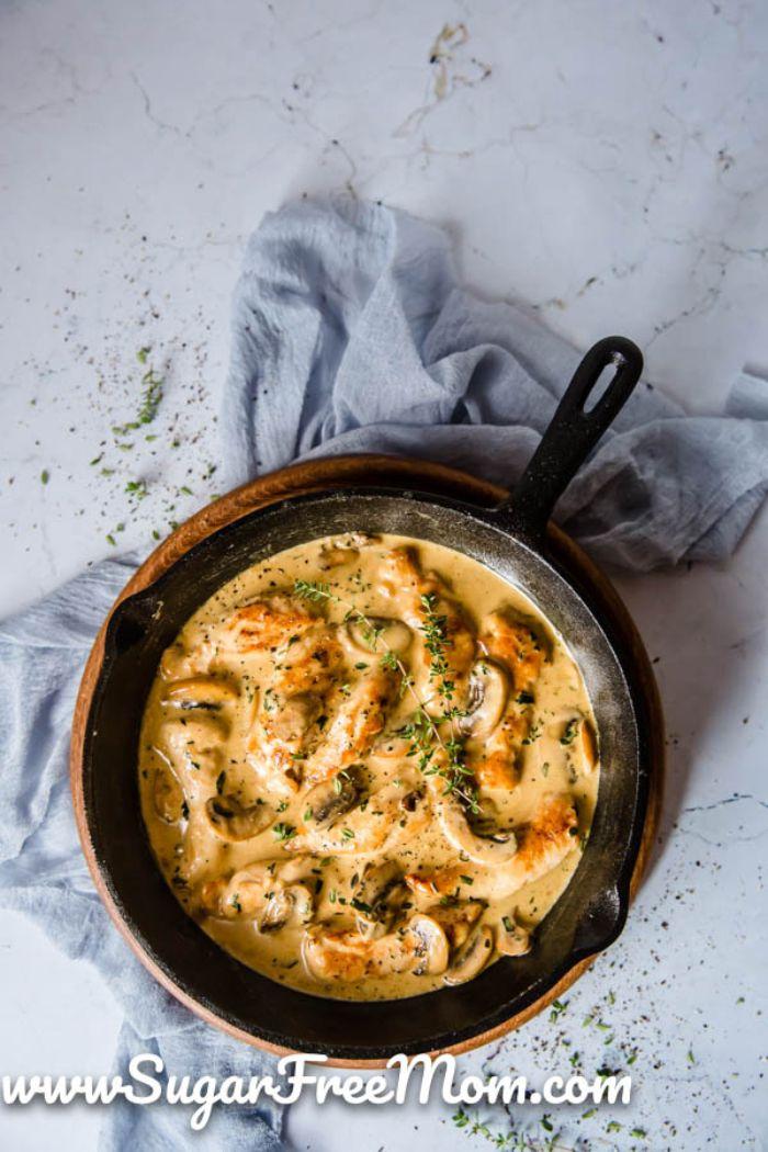 pollo con salsa cremosa en una sartén, ideas de recetas de platos caseros ricos y fáciles de hacer, menu dieta cetogenica