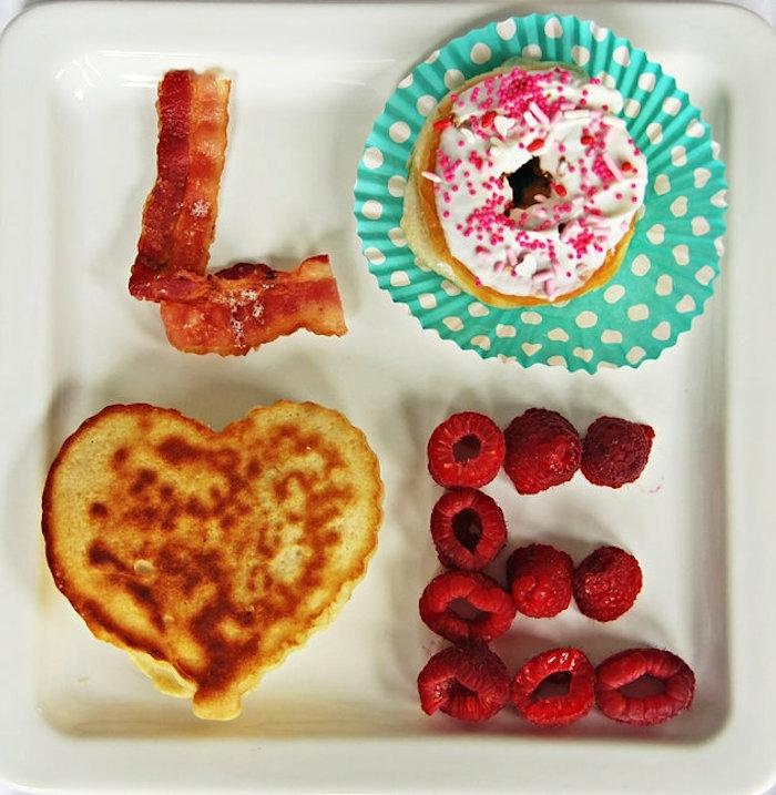 crepes, tocino, frambuesas, super originales ideas de sorpresas para novios en fotos, imagenes de desayunos faciles y originales
