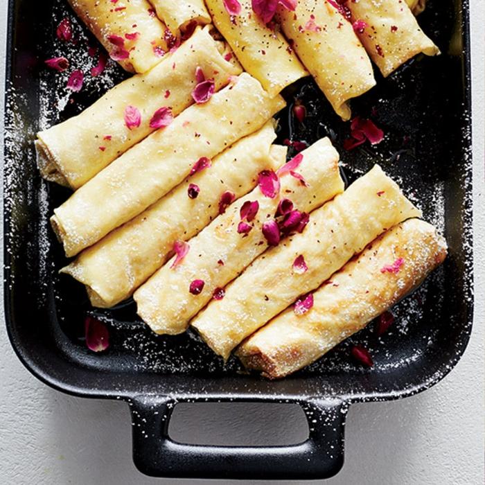 crepes con rellenos de manzanas, nueces y azucar en polvo, sorpresas para novios, ideas de desayunos ricos en fotos
