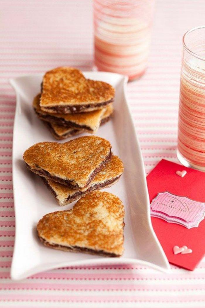 tostadas en forma de corazon con chocolate nutella, fotos de comida romántica, desayunos ricos san valentin en fotos