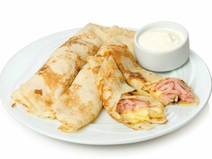 crepes con jamón y quesos y salsa blanca, ideas de comidas para un desayuno sorpresa, recetas faciles para sorprender