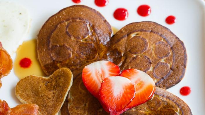 recetas faciles para sorprender a tu pareja, crepes en forma de corazón con jarabe de acre y fresas frescas, crepes americanos