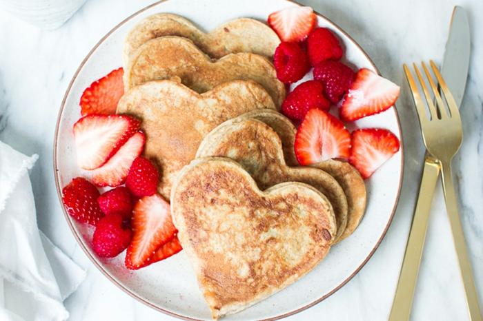 crepes esponjosos en forma de corazon y fresas frescas, ideas originales de desayunos para sorprender a tu pareja