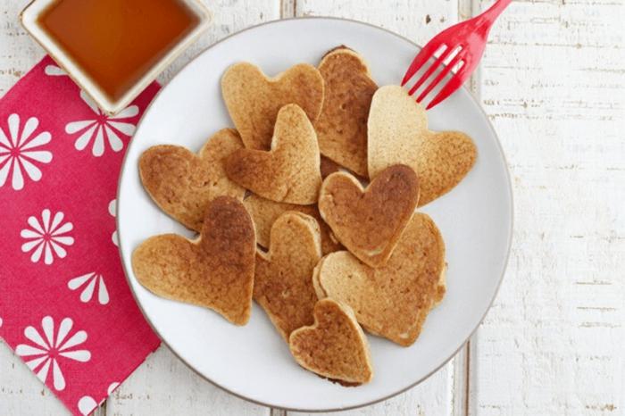 crepes caseros en forma de corazón, las mejores ideas de sorpresas para san valentin, originales ideas de platos para sorprender