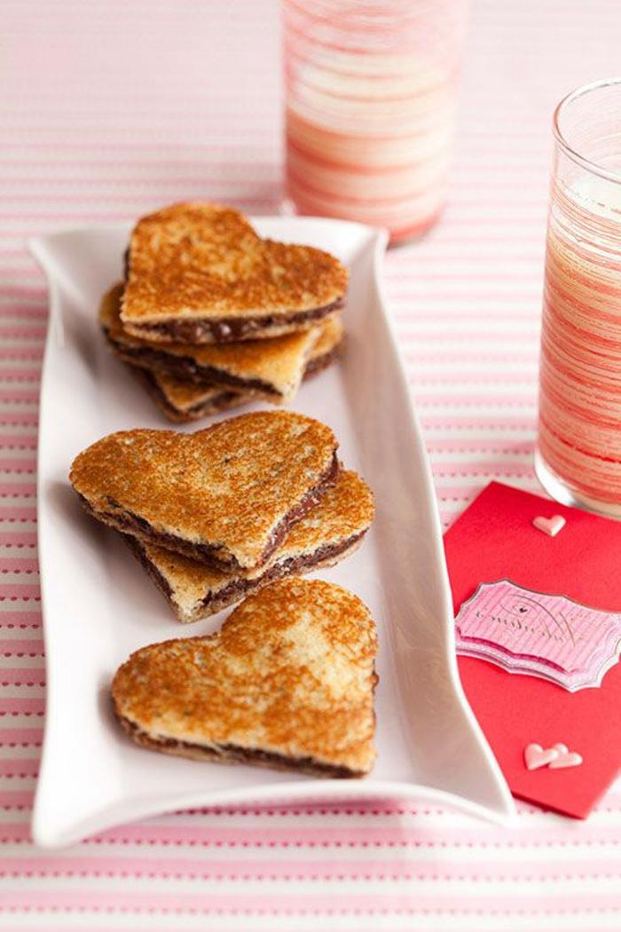 tostadas con Nutella en forma de corazon, bocadillos dulces ricos y taza de leche, recetas faciles para sorprender