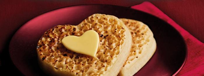 crepes esponjosos en forma de corazón, ideas de panqueques ricos para sorprender en el dia de san valentin en fotos