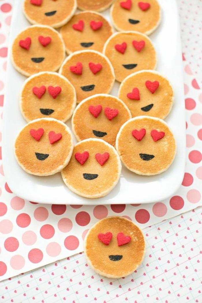 mini crepes con detalles divertidos, originales ideas de merienda y desayuno románticos, fotos de comidas San VAlentin