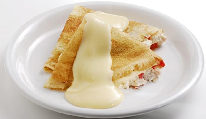 crepes con pollo, salsa de queso y tomates, originales ideas de crepes saladas para compartir, recetas faciles para sorprender