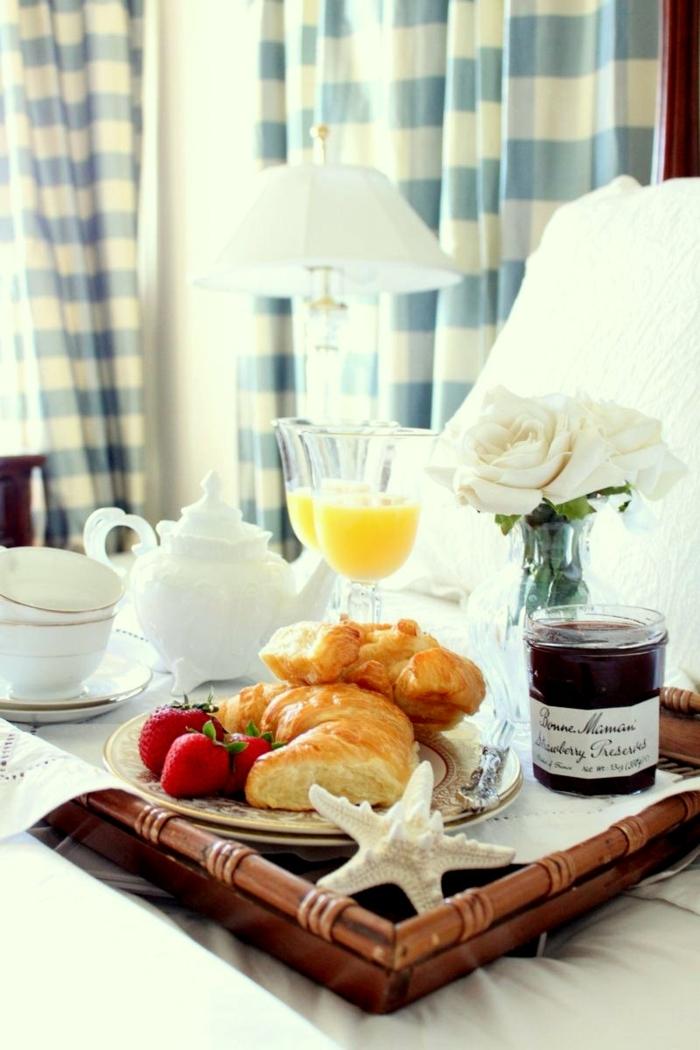 tablero con comida romántica, desayuno original en la cama, fotos de desayunos rápidos y fáciles para sorprender