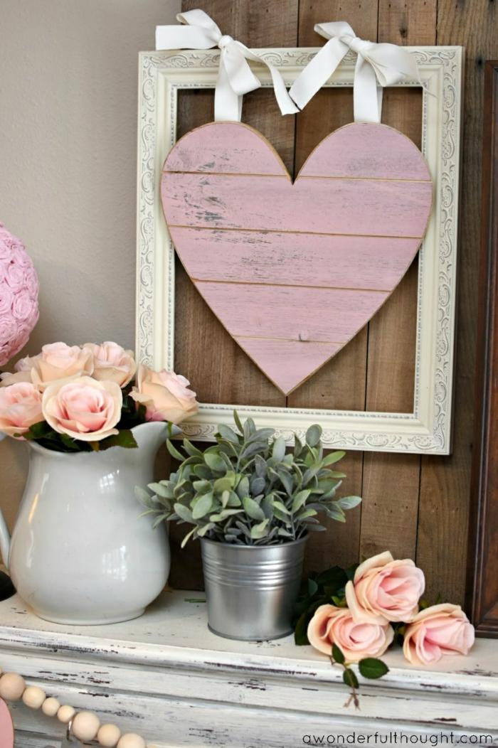 ambiente super romántico decorado en estilo vintage con detalles de madera y flores, decoracion con globos y otros detalles San Valentin