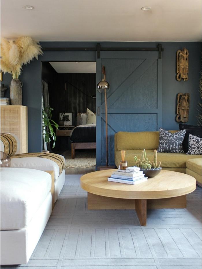 salón decorado en beige y azul, mesa de madera baja super funcional, ideas de decoración salón originales, como decorar la casa