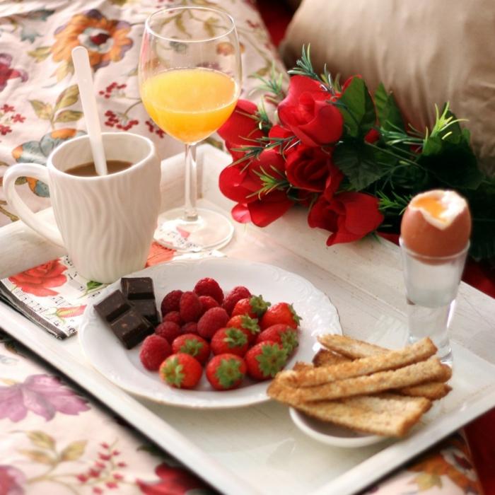 ideas de desayuno cumpleaños, fresas con chocolate y jugo de frutas frescas, las mejores ideas de desayuno cumpleaños