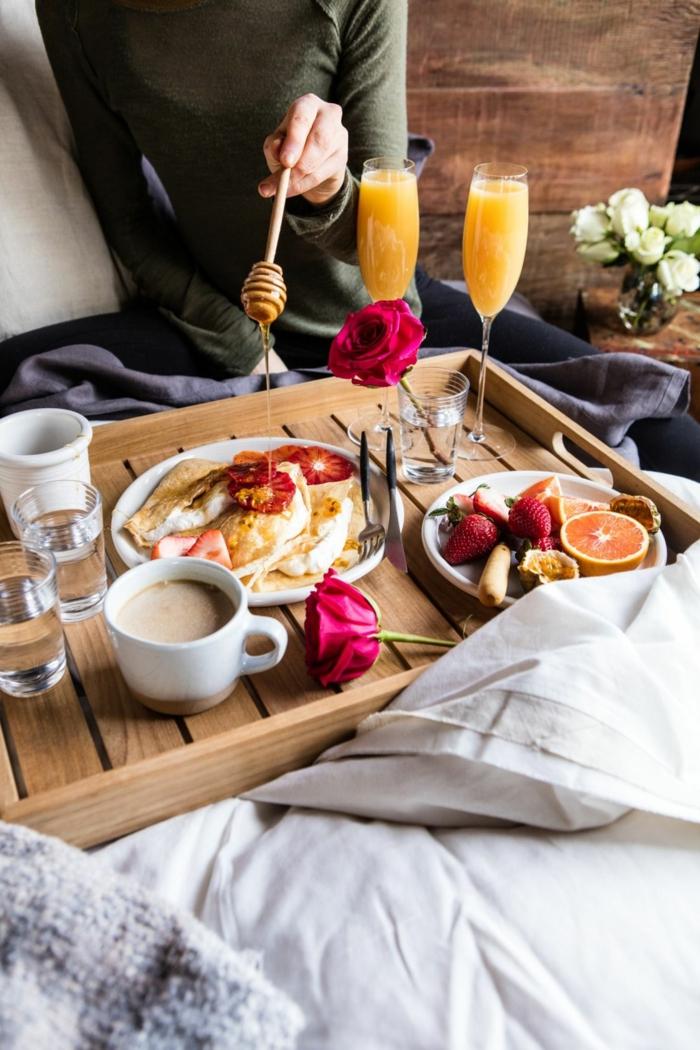 desayuno en la cama nutritivo y romántico, frutas exóticas frescas y panqueques con miel, como preparar tortitas americanas