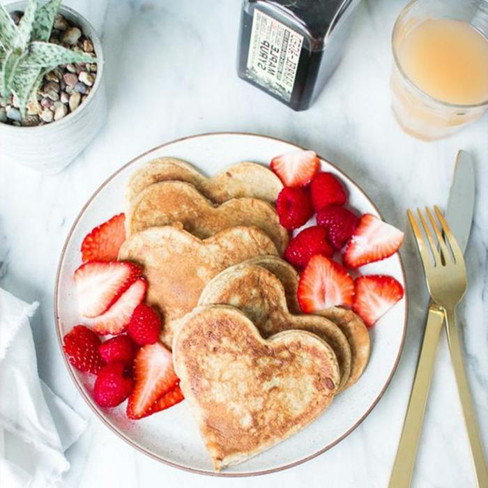 tortitas en forma de corazón adornadas de fresas frescas, ideas de desayunos saludables y fáciles de preparar en casa