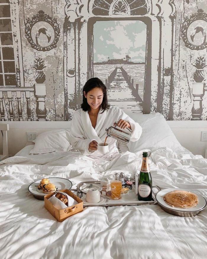 romántico desayuno en la cama, desayuno con champán, ideas de desayuno cumpleaños, recetas faciles para sorprender