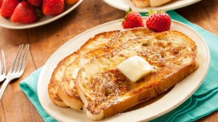 tostadas con mantequilla y fresas, bonitas ideas de desayunos para compartir, ideas de desayuno cumpleaños sorpresa