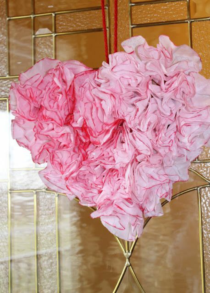 decoracion casera original con flores de papel, bonito detalle en forma de corazón para decorar la pared, fotos de decoracion san valentin