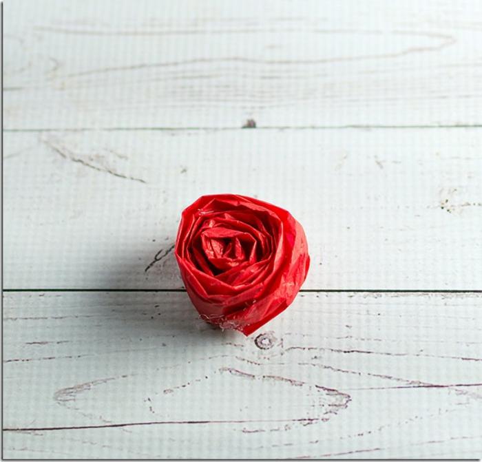 pequeña rosa hecha de papel reciclado, manualidades con papel para decorar la casa, originales ideas de decoraciones para fiestas